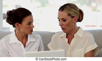 femmes affaires, travailler ensemble