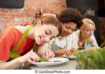 femmes, décorer, cuisine, plats, heureux