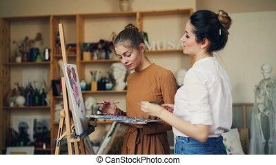 femmes, education, art, gens, peinture, concept., jeune, créatif, conversation, prof, étudiant, ensemble, pendant, sourire, arts, amende, classe, studio.
