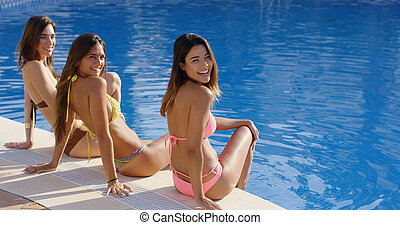 femmes heureuses, délassant, bikinis, trois, magnifique