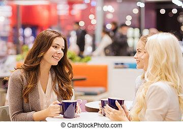 femmes, jeune, centre commercial, sourire, café buvant