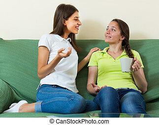 femmes, jeune, deux, conversation, apprécier