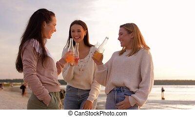 femmes, jeune, grillage, plage, non, boissons, alcoolique
