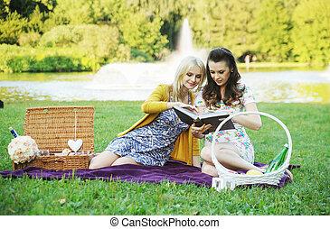 femmes, livre, parc, deux, lecture