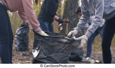 femmes, mettre, sac poubelle, plastique