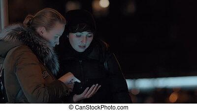femmes, soir, rue, tablette, numérique
