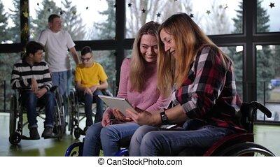 femmes, tablette, rire, handicapé, utilisation, fauteuil ...