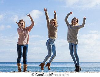 femmes, trois, sauter