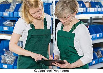 femmes, vérification, produit, liste