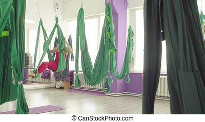 femmes, yoga., aérien, culbutes, hamacs