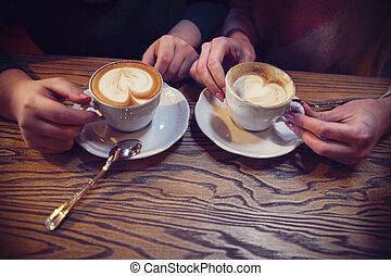 femmina, amici, mani, tenere tazze, di, caffè