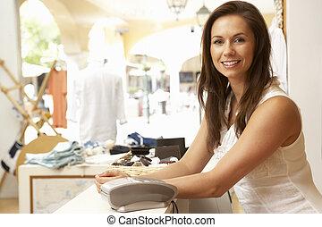 femmina, assistente vendite, a, cassa, di, deposito vestiti