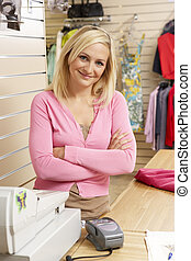 femmina, assistente vendite, in, deposito vestiti