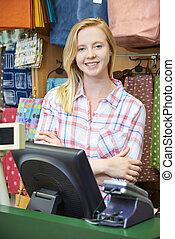femmina, cassiere, a, scrivania vendite, di, negozio