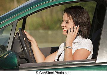 femmina, con, telefono, guida, automobile