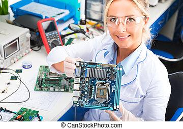 femmina, elettronico, ingegnere, presa a terra, computer, scheda madre, in, mani, in, il, laboratorio