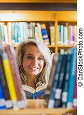 femmina, fischio, lettura, studente, sorridente