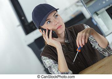femmina, ingegnere, comunicando telefono mobile