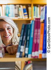 femmina, libro, sorridente, studente, selezione, biblioteca