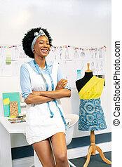 femmina, moda, bracci attraversati, progettista