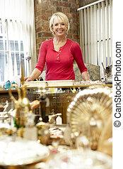 femmina, negozio antico, proprietario