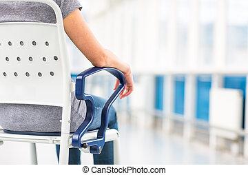 femmina, paziente, seduta, in, uno, carrozzella, per, pazienti, sentimento, non, bene, abbastanza, stare piedi, attesa, a, essere, preso, cura