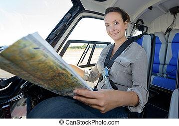 femmina, pilota, in, abitacolo, di, uno, elicottero, con, aviazione, mappa