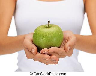 femmina porge, con, mela verde