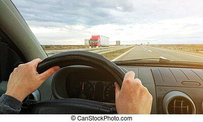 femmina porge, su, automobile, volante, driver, pov