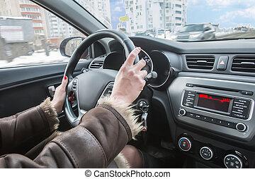 femmina porge, su, il, volante, di, automobile