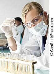 femmina, scienziato, o, dottore, con, chiaro, soluzione, in, laboratorio