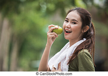 femmina, sport, mangiando mela