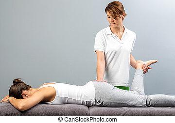 femmina, terapeuta, fare, osteopathic, gamba, manipolazione,...