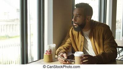 fenêtre, cafétéria, par, mélangé-race, vue, regarder, homme, 4k, devant, jeune