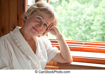 fenêtre, femme, ouvert, mûrir