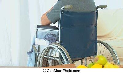 fenêtre, par, fauteuil roulant, regarder, homme