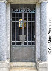 fenêtre verre souillée, portail, granit, mausolée