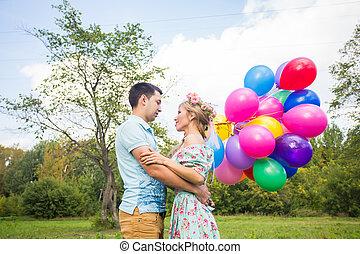 feriados verão, celebração, e, namorando, conceito, -, par, com, balões coloridos, em, natureza