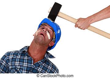 ferido, cabeça, golpe, malho, sendo, sobre, tradesman