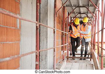 ferido, colega, trabalhador manual, local, ajudando, construção