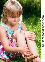 ferido, criança, joelho