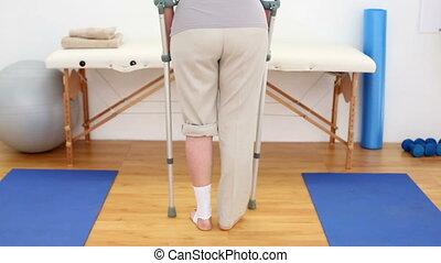 ferito, crutches, camminare, paziente