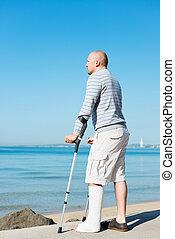 ferito, crutches, lato, mare, uomo
