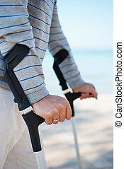 ferito, standing, uomo, crutches