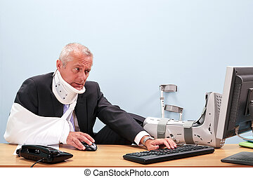 ferito, uomo affari, lavorando, suo, scrivania