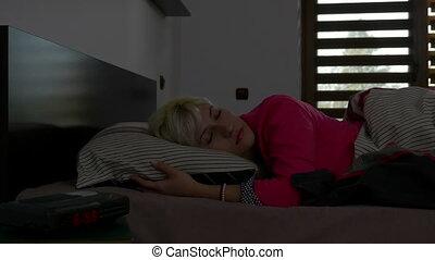 fermé, horloge, virages, reveil, dos, dormir, sommeil, va, blond, girl