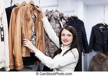 fermale, klant, kies, jas, op, winkel