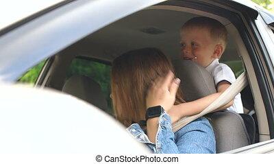 ferme, garçon, peu, voiture., yeux, quoique, mère, conduite, sien