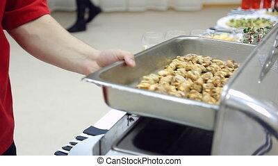 ferme, met, collations, serveur, remplit, champagne., chef cuistot, fête, chaud, couvercle, préparer, plateau, leur, lunettes