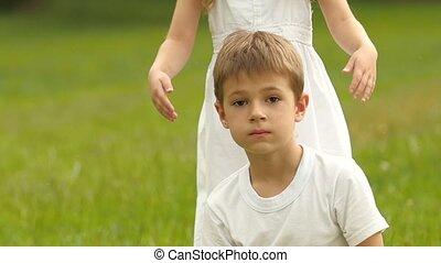 ferme, petit type, elle, bouquet, wildflowers., yeux, mouvement, lent, girl, il, donne